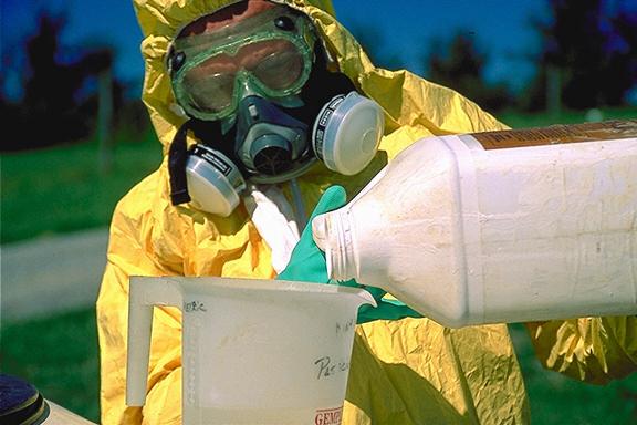 Fermierii acuză: nu putem cumpăra pesticide ieftine din Occident. Suntem obligați de concerne să le cumpărăm cu 30% mai scump de la dealerii din România