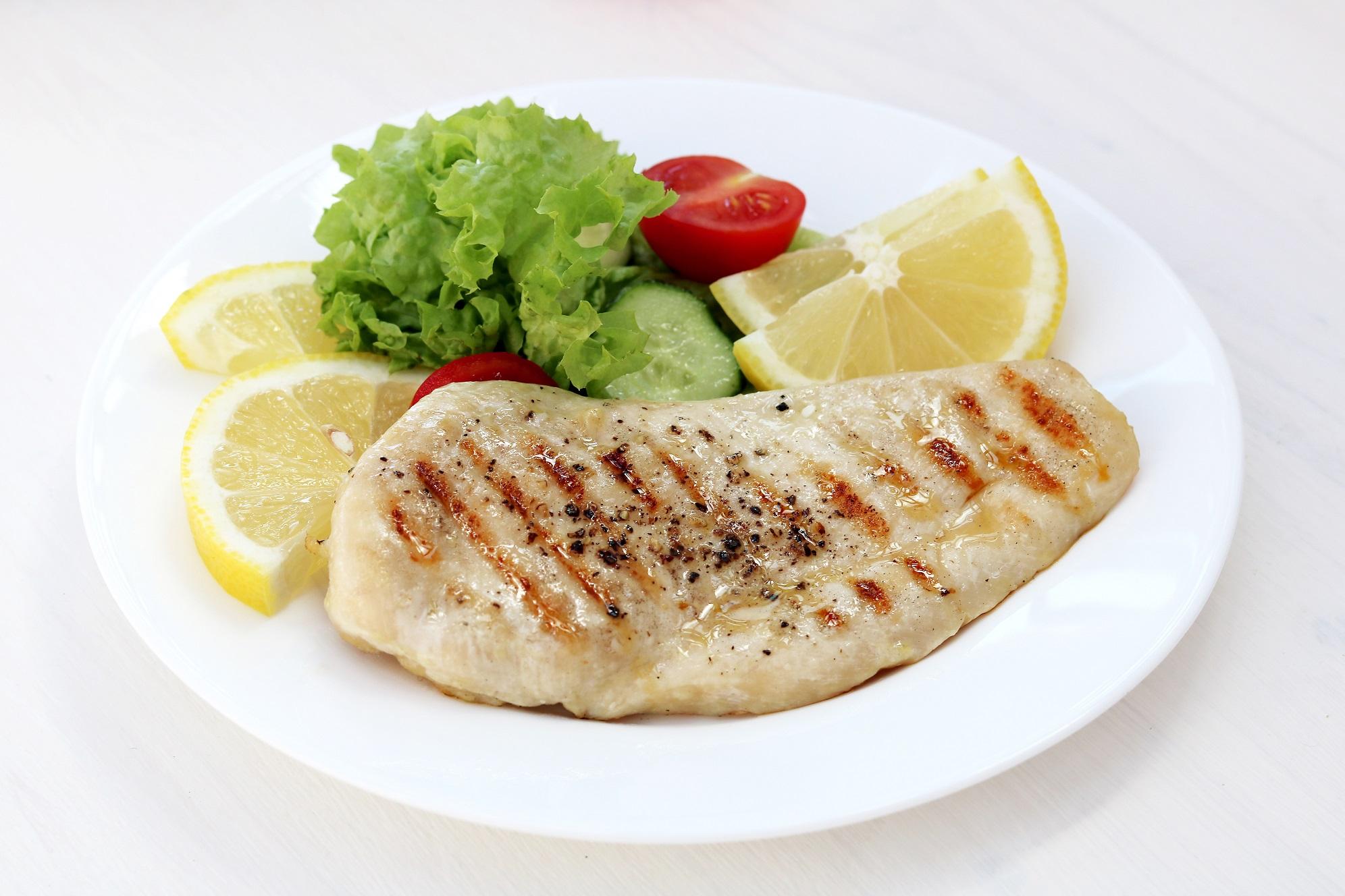 Studiu: Romanii prefera carnea de pui proaspata. Pieptul si pulpele superioare, in top
