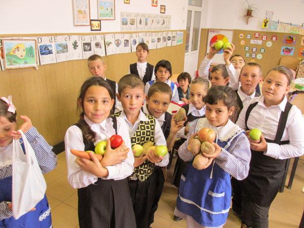 Fructe, legume si lapte in scoli cu bani de la UE