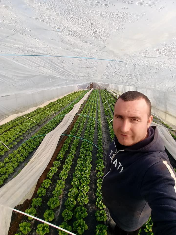 Are master in economie, dar este portar si cultiva legume. Este mult mai rentabil…