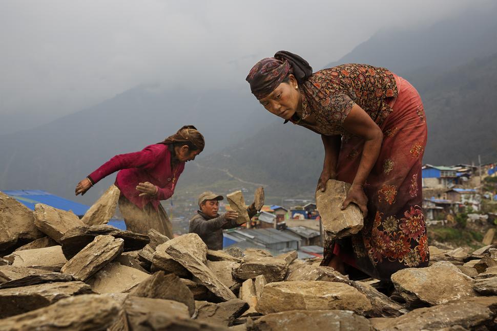 Nepalezii au mare trecere la fermele de pui de la Targu Jiu