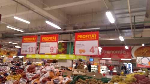 Preturi record in supermarketuri: 4,99 lei/kg la cartofii noi adusi din Egipt si ceapa galbena din Austria!