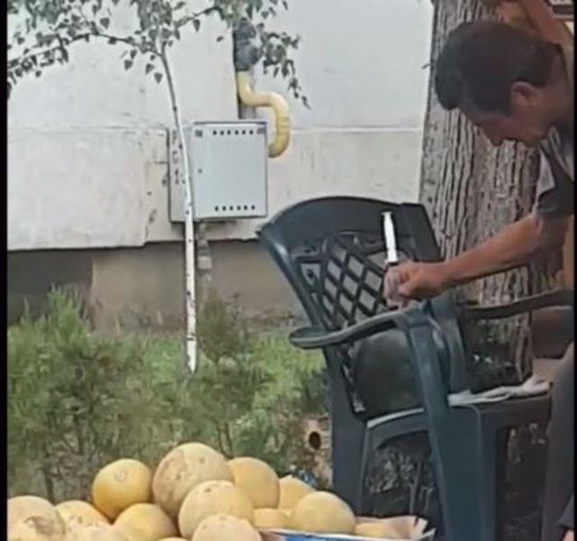 Un comerciant dintr-o piata din Braila filmat in timp ce injecta pepenii cu un lichid necunoscut