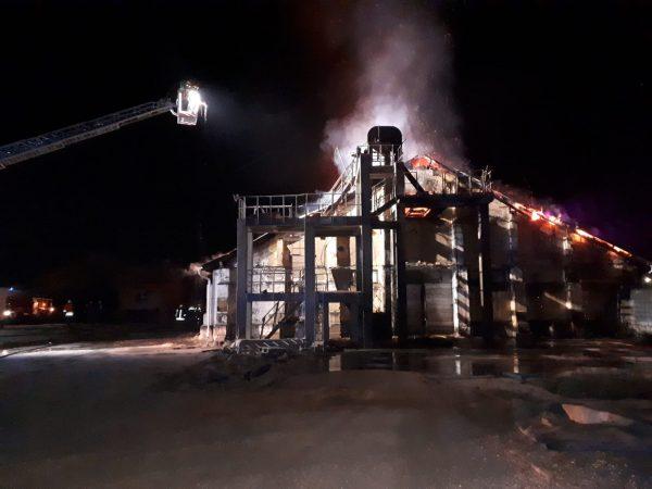 2.000 tone de cereale s-au facut scrum, dupa un incendiu la un depozit din Santana (Arad)