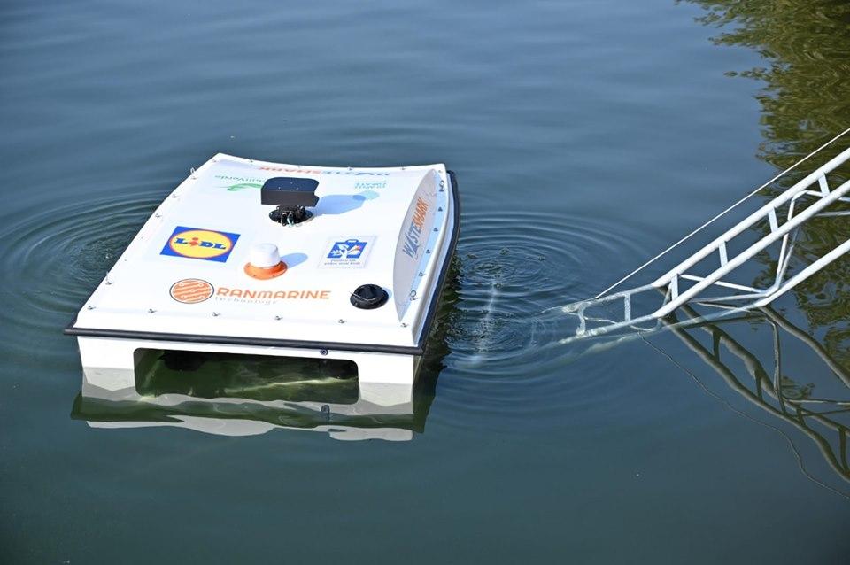 Drona care colecteaza deseuri plutitoare!