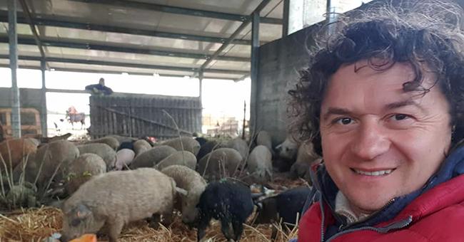 Fermierul modern: Creste porci Mangalita si isi da doctoratul la USAMVB Timisoara
